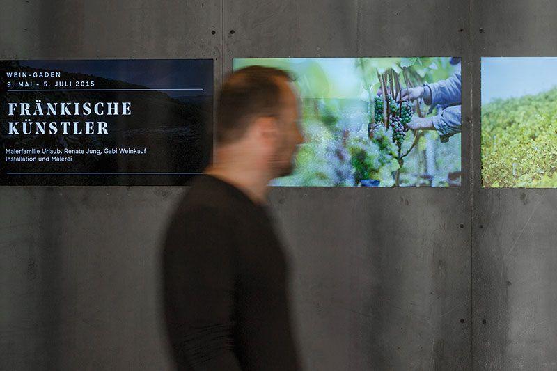 Mann vor Videowall